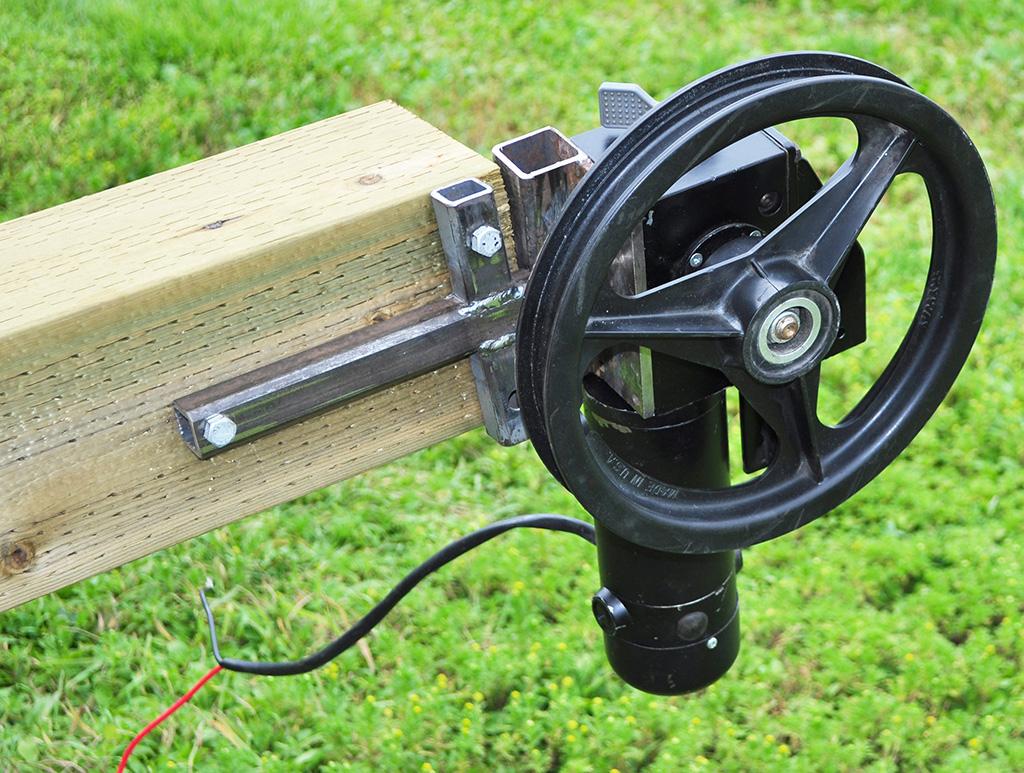 robot motor mounted to post
